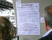 Volantini dei tassisti in sciopero a Fiumicino (Ansa)