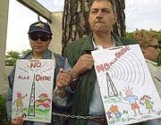Una protesta contro le onde radio inquinanti a Cesano (foto Proto)