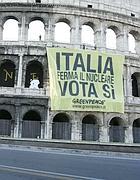 Attivisti sul Colosseo venerdì mattina (foto  De Luca)