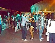 Ragazzi sulla pista da ballo in riva al mare (Faraglia)