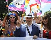 Franco Grillini tra due transgender al corteo