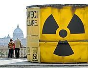 Il bidone antiatomico di Greenpeace al Pincio (Afp)