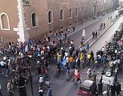 I ciclisti bloccati all'imbocco di via del Plebiscito dalle forze dell'ordine
