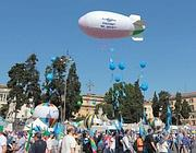 Anche un dirigibile su piazza del Popolo (Ansa)