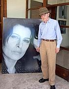 Woody Allen posa di fronte a un ritratto di Anna Magnani