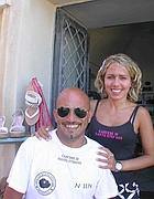 Agnese e Gianmarco con le maglie ispirate al carcere