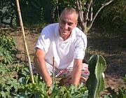 Il cuoco Aniello raccoglie verdure nel suo orto