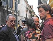 Il gioielliere Eleuteri (al centro) abbraccia la commessa vittima della rapina (foto Proto)
