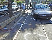 Il taxi distrutto e i rilievi dei vigili (foto Proto)