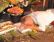 Roberto Simmi piange sul luogo dell'omicidio (Proto)