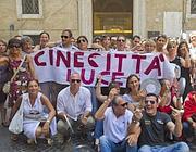 Protesta dei lavoratori sotto il ministero (Ansa)