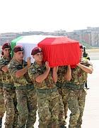 I commilitoni di Marchini portano la sua bara a Ciampino (Lapresse)