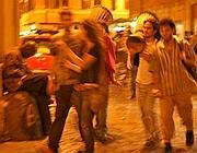 Giovani con i tamburi in giro per le vie del centro (foto Jpeg)