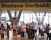 Viaggiatori in attesa alla stazione di Napoli (Ansa)