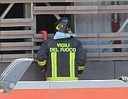 Vigili del fuoco ispezionano la struttura (foto Mario Proto)