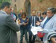 Luciano Marchetti (a destra) illustra il piano davanti all'ingresso della Domus Aurea