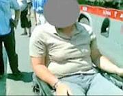 Mohamed in attesa della pedana dell'autobus Tpl