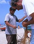 Pescatori sistemano le reti (foto Azimut)