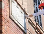 Il sindaco Alemanno pulisce un muro (Jpeg)