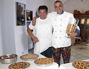 Aniello Silvestri con Armando Pennacchio e le pastiere napoletane