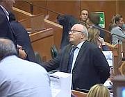 Storace si avvicina al banco di presidenza per chiedere venga consegnato il testo del sub maxi emendamento: 172 commi