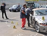 Carabinieri effettuano rilievi su un'auto coinvolta in un cas di pirateria della strada a Roma (Ansa)