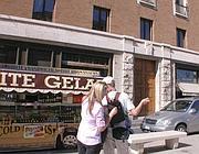 Uno dei camion bar attaccati ai tavolini dei locali in Vaticano (Zanini)