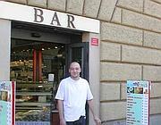 Il titolare del bar Leardi su via della Conciliazione: a meno di 30 metri c'è un ambulante (Zanini)