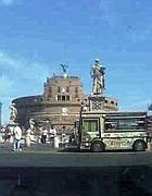 Un camion bar davanti a Castel Sant'Angelo: in contromano