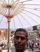 Ombrellini per proteggersi dal sole (Fotogramma)