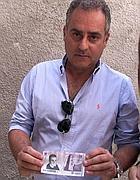 Il sindaco Luca Sellari con la nuova moneta di Filettino (Ansa)