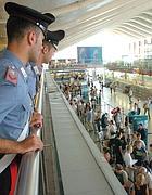 Carabinieri in stazione (Ansa)