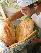 Un fornaio prepara il pane per la vetrina