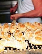Il pane appena sfornato da un forno