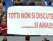 Ilary Blasi (moglie di Totti, a sinistra) con uno striscione all'Olimpico  di Roma (Gmt)