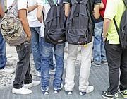 Studenti in attesa di entrare a scuola al liceo Newton (Ansa)