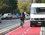 Dove le ciclabili sono state realizzate, nessuno impedisce abusi come questo parcheggio (Jpeg)