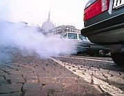 Gas di scarico di un'auto (Fotogramma)