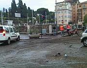 Addetti Ama ripuliscono il fango in piazza del Colosseo (foto Zanini)
