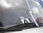 Il buco del proiettile sul vetro della Panda (Foto Proto)