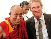 Il divo con il Dalai Lama (foto Afp)
