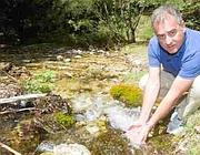 Il sindaco di Filettino immerge le mani in una delle sorgenti del paese