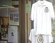 Magliette e altri gadget del principato in un negozio