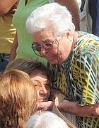 Un'anziana consola la vedova di  Ennio Lupparelli (Proto)