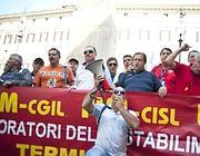 Gli operai davanti a Montecitorio (Ansa)