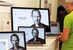 Omaggio a Steve Jobs  - Totem elettronici come un memorial dell'Era virtuale: decine e decine di computer accesi che riportano in primo piano, a tutto schermo, il volto del fondatore della Apple, Steve Jobs, scomparso mercoledì all'età di 56 anni. Così anche i negozi romani della Apple (nella foto Proto, MusicArte in via Fabio Massimo) ricordano l'uomo che ha inventato la «torre» Macintosh, l'iPod, l'iPhone e l'iPad