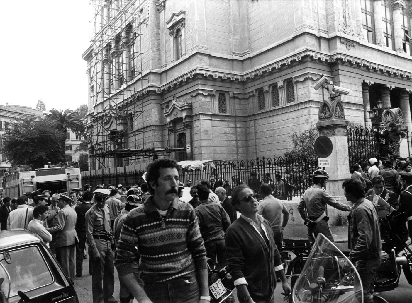La folla intorno alla Sinagoga dopo la strage del 9 ottobre 1982