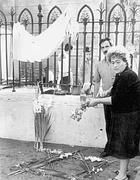 Fiori sul luogo in cui morì il bambino il giorno dopo l'attentato dell'82