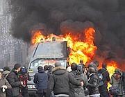 Un furgone della Finanza incendiato durante la guerriglia urbana del 14 dicembre 2010 (Reuters)
