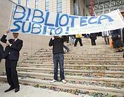 Una protesta per la mancata apertura della biblioteca (Eidon)